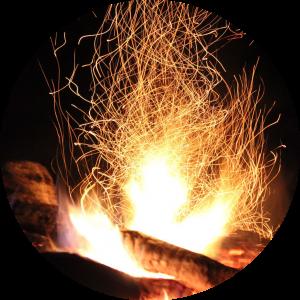 Die goldene Glut eines Lagerfeuers samt sprühender Funken