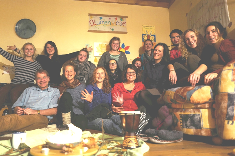 Gruppenphoto: Viele Menschen schauen dich fröhlich an