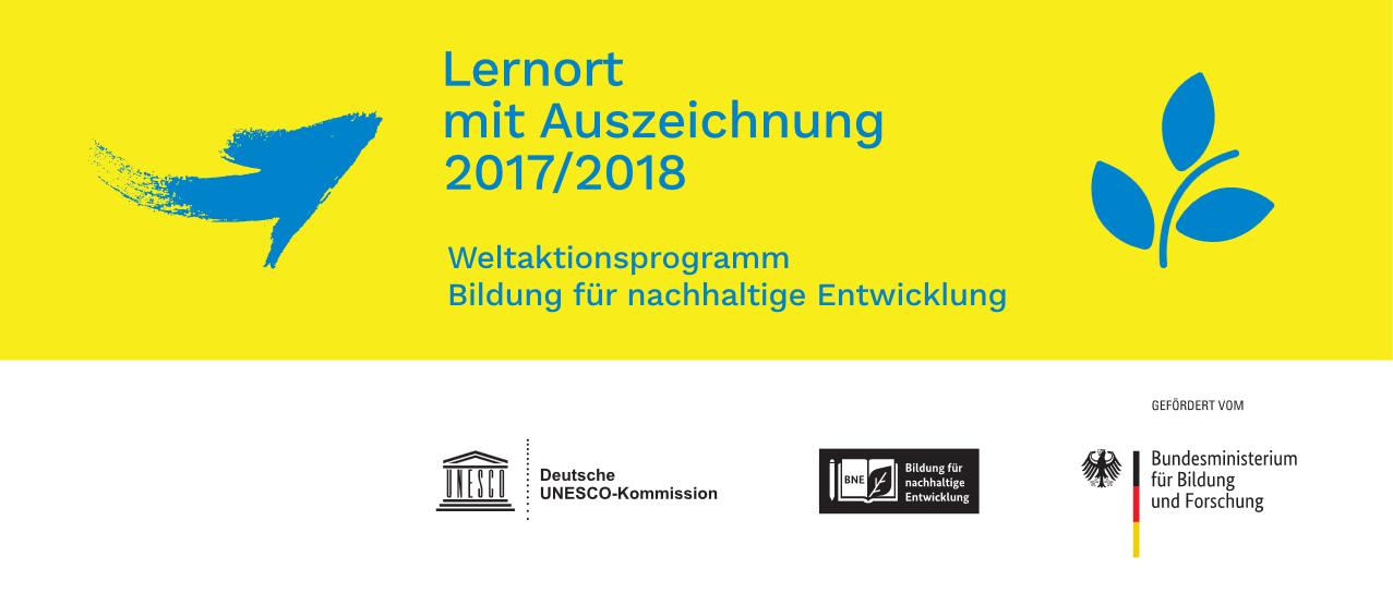 """Auszeichnung """"Lernort mit Auszeichnung 2017/2018. Weltaktionsprogramm für nachhaltige Entwicklung""""; darunter nebeneinander: Logo """"Deutsche UNESCO-Kommission"""", Logo """"BNE. Bildung für nachhaltige Entwicklung"""" und GEFÖRDERT VON Logo """"Bundesministerium für Bildung und Forschung"""""""
