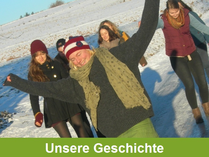 """""""Unsere Geschichte"""": Gruppenbild sieben junger Menschen, die in einer schneebedeckten Landschaft fröhlich oder aufmerksam nah beieinander stehen oder gehen"""