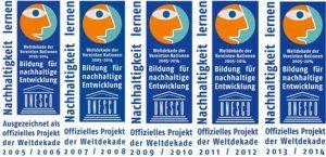"""Fünf einzelne Auszeichnungen nebeneinander: """"Bildung für nachhaltige Entwicklung. Offizielles Projekt der Weltdekade[n] [2005-2014]"""""""