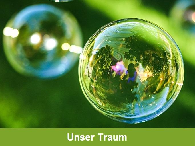 """""""Unser Traum"""": Scharfe Nahaufnahme einer grün-schillernden Seifenblase, die Bäume und eine Person spiegelt und das Licht reflektiert. Im Hintergrund eine unscharfe weitere Seifenblase"""